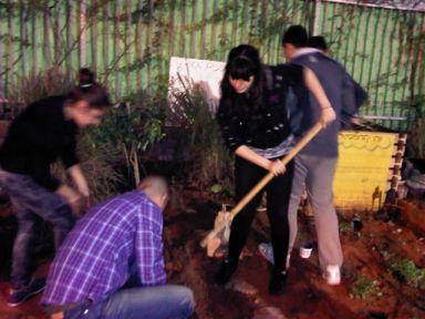 בני הנוער מטפחים את החצר של פולה במרכז הקהילתי בן גוריון