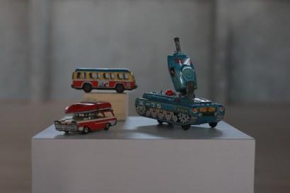 טנק אוטובוס ומכונית משחק מפח צבעוני. אוסף מיכאל לוריא. קרדיט צילום רן יחזקאל